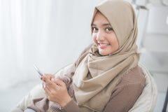 使用手机的愉快的亚裔妇女 免版税图库摄影