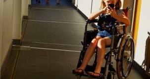 使用手机的残疾女小学生在走廊4k 影视素材