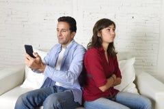 使用手机的社会网络上瘾者人忽略妻子或女朋友翻倒和恼怒 库存图片