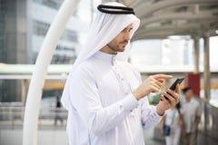 使用手机的英俊的商人阿拉伯语 免版税库存图片