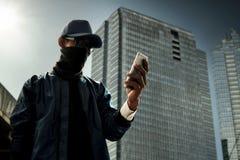 使用手机的黑客 图库摄影