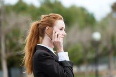 使用手机的年轻女实业家户外 库存照片