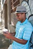 使用手机的年轻男性。 免版税库存图片
