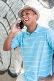 使用手机的年轻男性。 库存照片