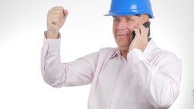 使用手机,商人佩带的工程师盔甲沟通 免版税库存图片
