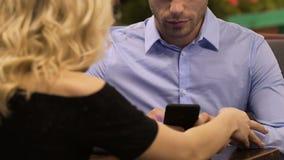 使用手机,妇女的年轻人设法与他,冷漠态度谈话 影视素材