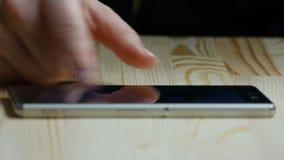 使用手机-智能手机的少妇 影视素材