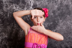使用手的女孩构筑她的面孔 免版税图库摄影