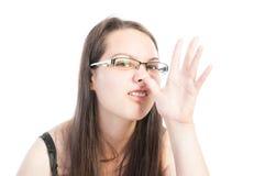 使用手的年轻自然青少年的制造的滑稽的面孔 免版税图库摄影