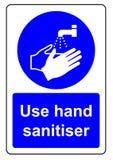 使用手sanitiser 免版税库存图片