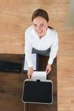 使用打印机的年轻女实业家在办公室 库存照片