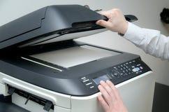 使用扫描器设备的人在办公室 库存图片