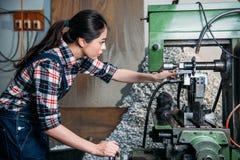 使用技术机器的工厂女职工 免版税库存图片