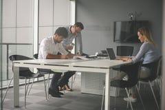 使用技术的商人和检查文件 事务 图库摄影