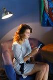 使用技术的女性在咖啡馆电话片剂 图库摄影