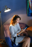 使用技术的女性在咖啡馆电话片剂 免版税库存图片