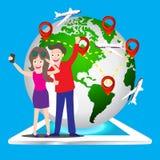 使用拍一个巧妙的电话的年轻旅游夫妇selfie照片的他们自己与世界地图别针象,地球的元素映射毛皮 免版税库存图片