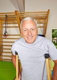 使用拐杖的老人在健身房 免版税库存照片