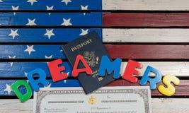 使用拼写信件的梦想家概念在美国旗子 库存图片