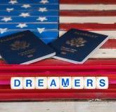 使用拼写信件的梦想家概念在美国旗子 免版税库存照片