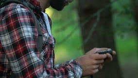 使用指南针的失去的男性徒步旅行者在森林,设法发现正确,旅游业 股票视频