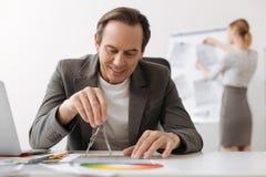 使用指南针的正面工程师,当画时 免版税库存图片