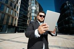 使用接触的成功的商人画象  免版税库存图片