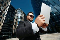 使用接触的成功的商人画象  库存照片