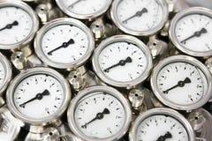 使用措施的压力表压力在生产过程中 工作者或操作员监视由测量仪的油和煤气过程 库存照片