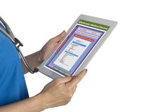 使用搜寻医疗ICD代码的数字片剂的女性医生 免版税库存照片