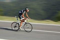 使用摇摄技术,从斯洛伐克的Viglasky伊冯骑自行车者射击了 库存照片