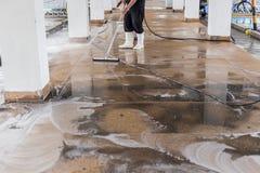使用擦亮的machi的工作者清洁沙子洗涤外部走道 库存照片