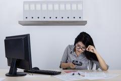 使用放大器的女性企业家在办公室 免版税库存图片