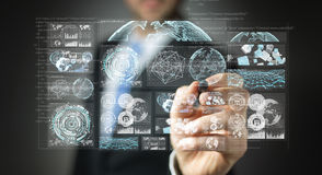使用数字式屏幕的商人有全息图数据的3D回报 免版税库存图片