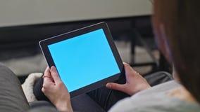 使用数字式有蓝色屏幕的女孩片剂个人计算机 免版税库存照片