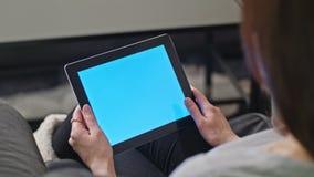 使用数字式有蓝色屏幕的女孩片剂个人计算机 免版税库存图片