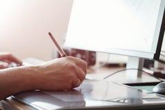 使用数字式片剂和计算机的图表设计师在办公室或家 创造性的进程 人们在工作 库存照片
