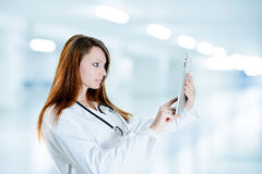 使用数字式片剂的华美的护士 库存照片