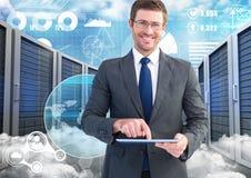 使用数字式片剂的商人反对数据中心在背景中 免版税库存图片