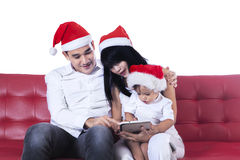 使用数字式片剂的圣诞节家庭 免版税图库摄影