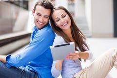 使用数字式片剂的夫妇 免版税库存照片