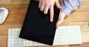 使用数字式片剂的女实业家的手在有键盘和老鼠的书桌在桌上 股票视频