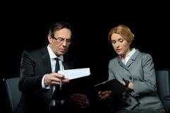 使用数字式片剂的女实业家,当商人签署的纸时 库存照片