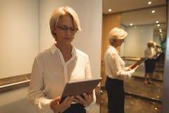 使用数字式片剂的女实业家 免版税图库摄影