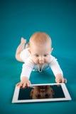 使用数字式片剂的婴孩 库存图片