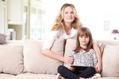 使用数字式片剂的母亲和女儿 库存图片