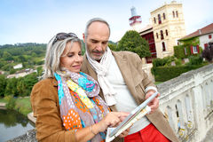 使用数字式片剂的游人在旅行期间 免版税库存图片