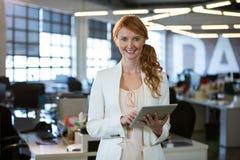 使用数字式片剂的确信的女实业家 免版税图库摄影
