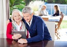 使用数字式片剂的祖母和孙子在 免版税库存图片