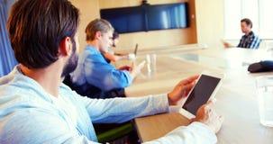 使用数字式片剂的董事在会议室